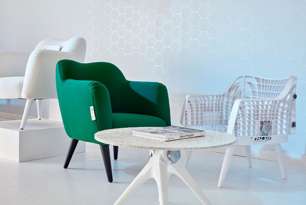 Tento nábytek je celý vyroben z plastových odpadků ze Starbucks