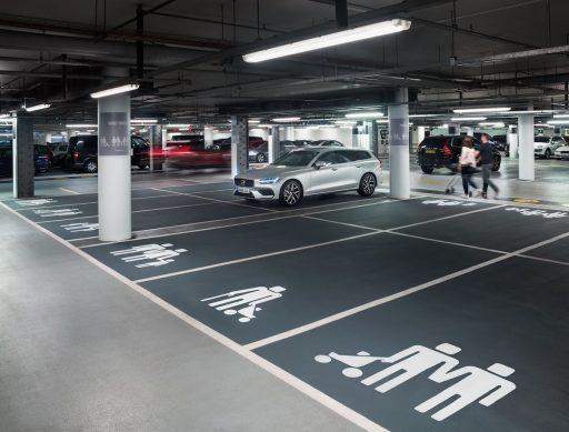 Automobilismus · Volvo oslavuje moderní rodinu prostřednictvím symbolů na  parkovacích místech d91219283c5