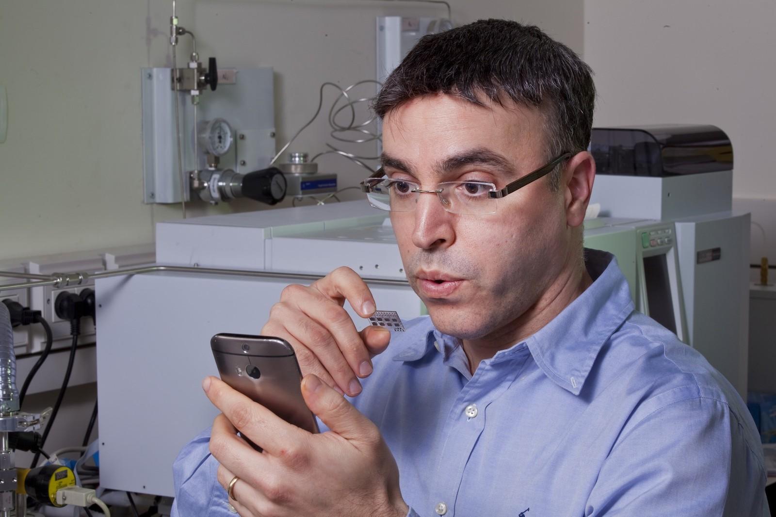 Nové zařízení dokáže detekovat známky Parkinsonovy nemoci na základě dechu člověka