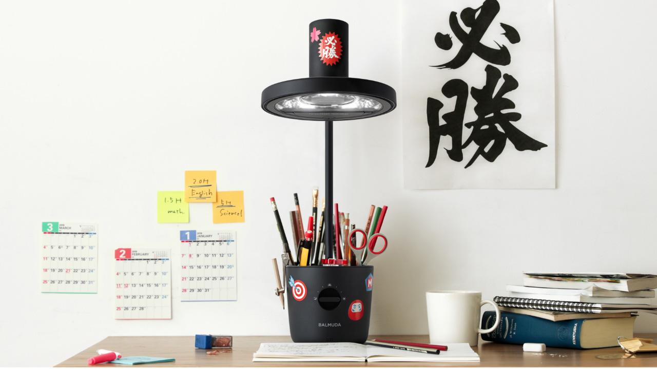 Lampa značky Balmuda využívá princip operačních svítidel