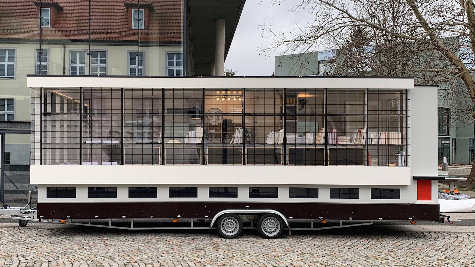 Mobilní Bauhaus budova má za cíl vyvolat názory na koloniální umění