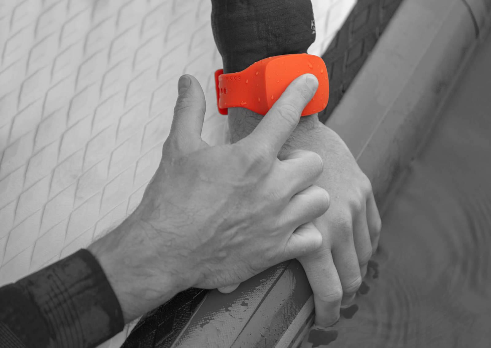 Voděodolný náramek funguje jako nouzový pomocník pobřežní hlídky
