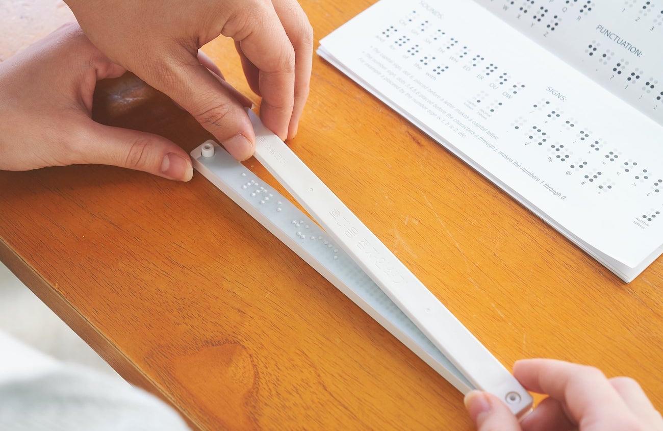 Přenosná tiskárna Braillova písma zlepšuje dostupnost na cestách