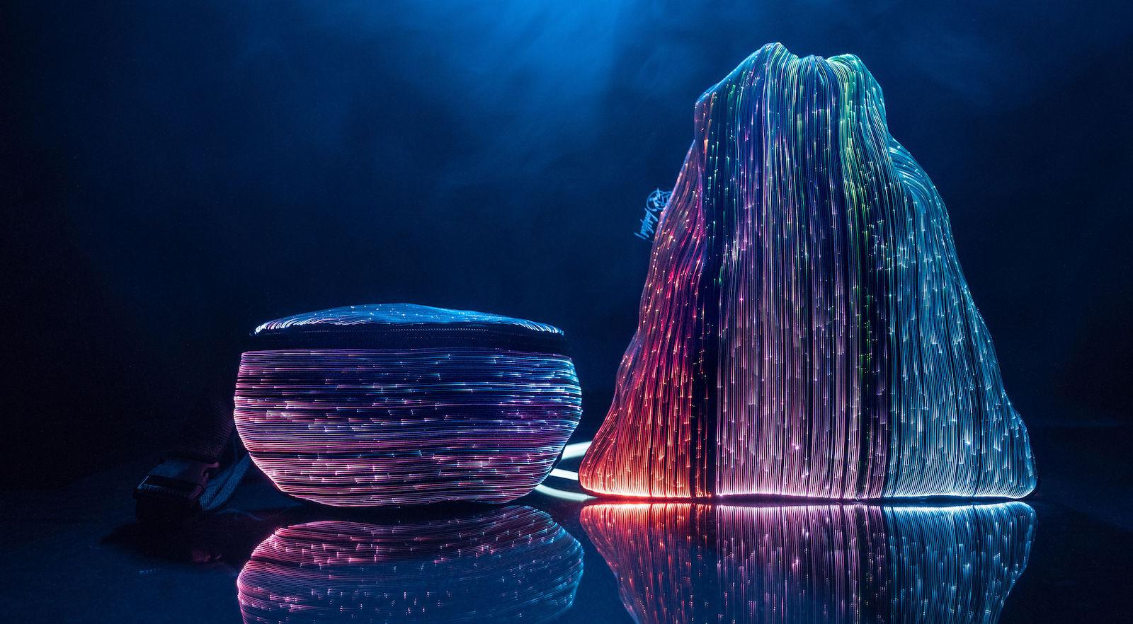 Svíticí tašky kolekce NEBULITE umí vytvářet chromatický vizuální zážitek