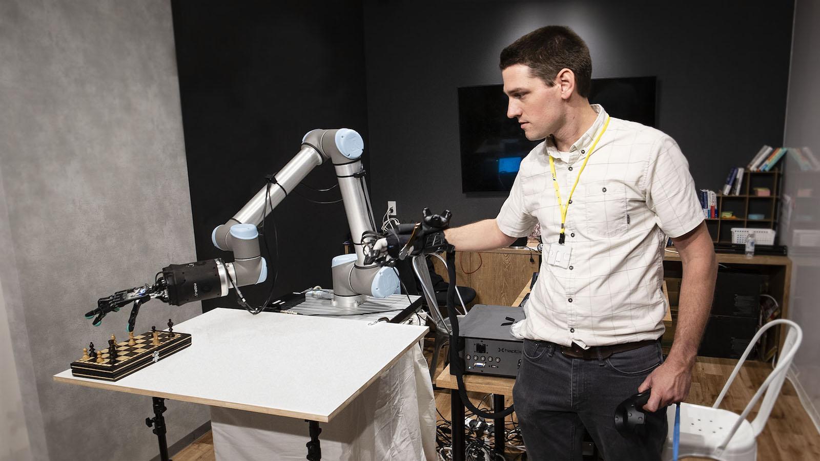 Robotická ruka umožňuje lidem cítit a přesouvat objekty ze vzdáleného místa