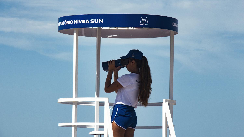 Dalekohled s UV filtrem odhalí, zda jsou lidi na plážích dostatečně chráněni před sluncem