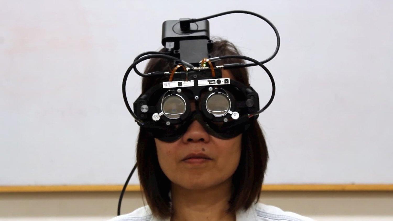 Stanfordská univerzita vyvinula samoostřící brýle, které dokáží pomoci lidem s presbyopií