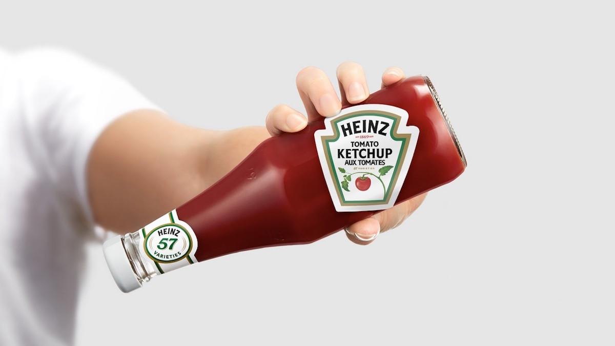Heinz otočil štítek na láhvi, aby ukázal, jak správně dostat kečup ze skleněné láhve