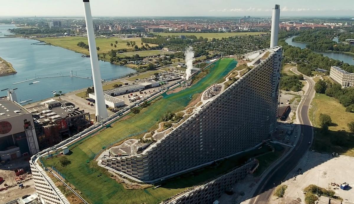 Elektrárna CopenHill funguje také jako sjezdovka pro lyžaře