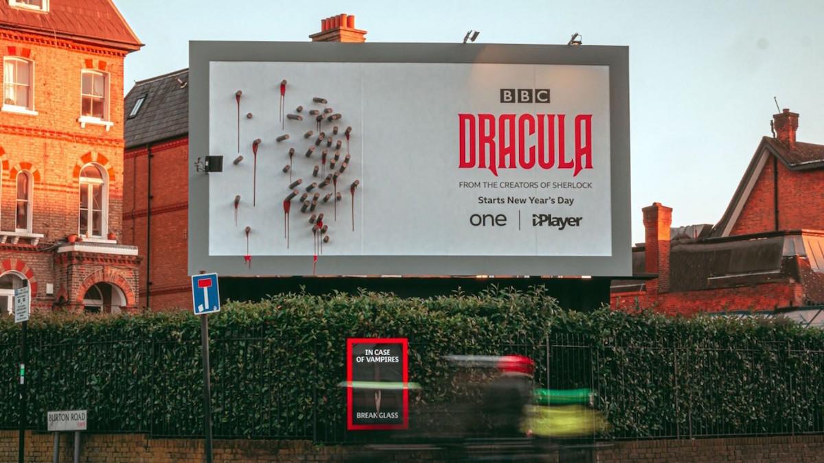 BBC vytvořila billboard, který v noci odhalí siluetu Drákuly