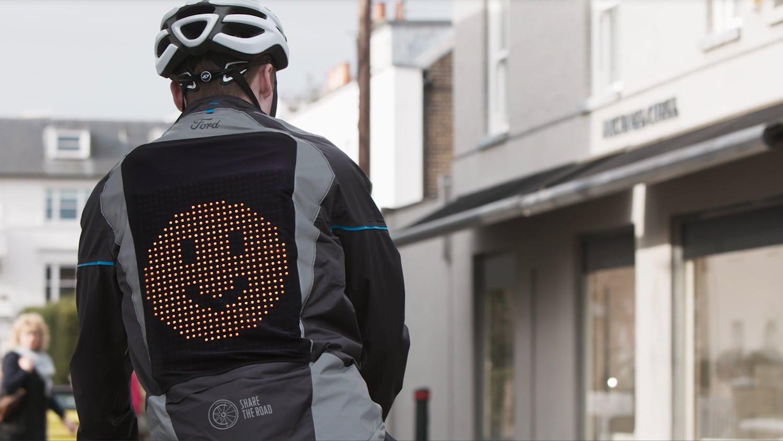 Ford navrhl prototyp bundy pro cyklisty, která na zádech zobrazuje emoji