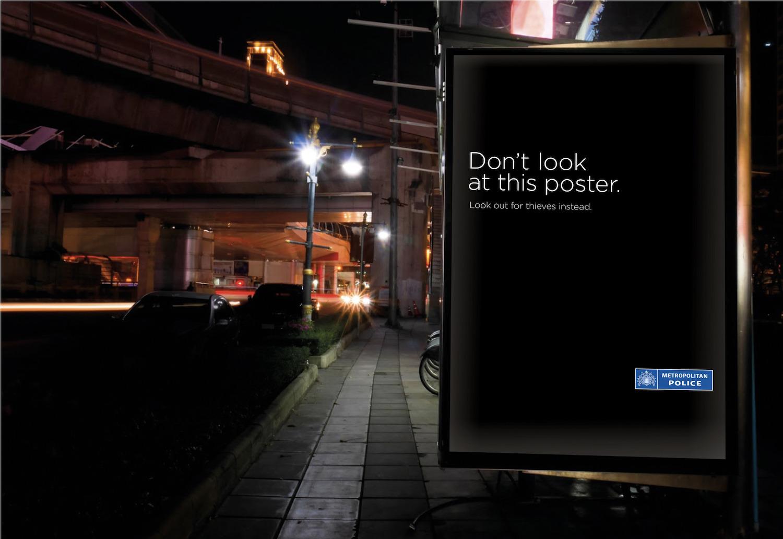 Londýnská policie odrazuje kolemjdoucí od sledování reklamy, aby si dávali pozor na zloděje